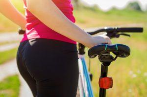 Frau neben Fahrradsattel