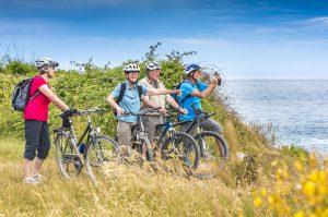 Senioren mit Bikes am Meer